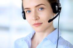 beautifull耳机的女商人画象  呼叫中心运算符 库存图片