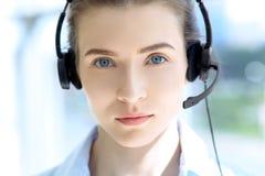 beautifull耳机的女商人画象  呼叫中心运算符 免版税库存图片
