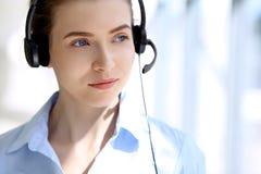 beautifull耳机的女商人画象  呼叫中心运算符 免版税库存照片