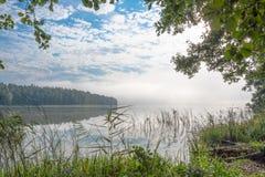 在湖的Beautifull有薄雾的早晨 免版税库存图片