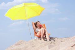 Beautifull blondes Mädchen im Bikini ein Sonnenbad nehmend Stockbilder