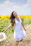 Beautifull flicka som leker i cropland Arkivfoton