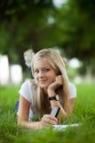 Beautifull högskolestudent i park Arkivfoto