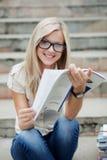 Beautifull högskolestudent i park Fotografering för Bildbyråer