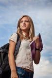 Beautifull högskolestudent i park Arkivbild