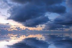 Beautifull Meerblick mit tiefen blauen Wolken Stockfoto