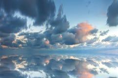 Beautifull Meerblick mit Wolken Stockfotografie
