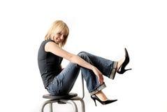 Beautifull, reizvolle junge blonde Frau, die auf Wechselstrom sitzt Lizenzfreie Stockbilder