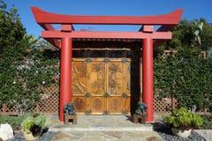 Återställda orientaliska dörrar Arkivfoton