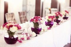 Beautifully dekorerad brölloptabell Fotografering för Bildbyråer