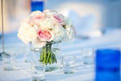 Beautifully dekorerad brölloptabell royaltyfri fotografi
