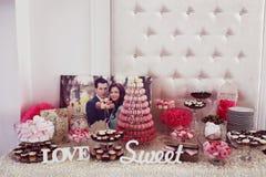 Beautifully dekorerad brölloptabell med sötsaker Arkivbild