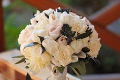 Beautifully dekorerad bukett av rosor och peons royaltyfri bild