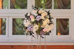 Beautifully dekorerad bukett av rosor och peons royaltyfria bilder