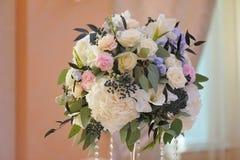 Beautifully dekorerad bukett av rosor och peons royaltyfri fotografi