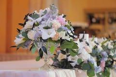 Beautifully dekorerad bukett av rosor och peons royaltyfri foto