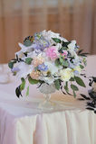 Beautifully dekorerad bukett av rosor och peons arkivbild