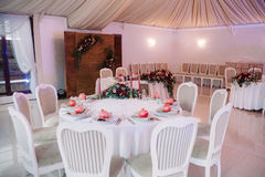 Beautifully dekorerad gästtabell, med namn för gäst` s på granatäpplet Royaltyfri Fotografi