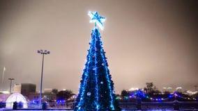 Beautifully dekorerad julgran i stadfyrkanten arkivfoto