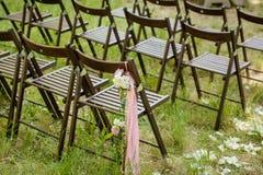 Beautifully dekorerade stolar för bröllopmottagande utomhus Arkivfoto