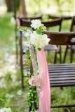 Beautifully dekorerat med blommastolar för ett bröllopmottagande Arkivfoto