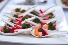 Beautifully dekorerat sköta om banketttabellen med olika matmellanmål och aptitretare Royaltyfri Bild