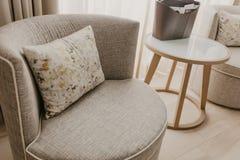Beautifully elegant stol med den stilfulla mönstrade kudden royaltyfri bild