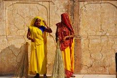 2 beautifully klädde lokaler i Amber Fort i Jaipur, Indien arkivfoto