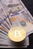 Beautifully ordnade räkningar 100 bitcoin för dollar och för guld- mynt på en grå bakgrund Bitcoin cryptocurrency genast Bakgrund royaltyfri foto