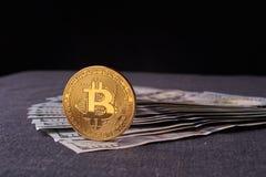 Beautifully ordnade räkningar 100 bitcoin för dollar och för guld- mynt på en grå bakgrund Bitcoin cryptocurrency genast Bakgrund royaltyfria bilder