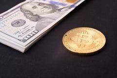 Beautifully ordnade räkningar 100 bitcoin för dollar och för guld- mynt på en grå bakgrund Bitcoin cryptocurrency genast Bakgrund fotografering för bildbyråer