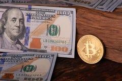 Beautifully ordnade räkningar 100 bitcoin för dollar och för guld- mynt på en grå bakgrund Bitcoin cryptocurrency genast Bakgrund royaltyfri bild