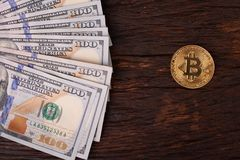 Beautifully ordnade räkningar 100 bitcoin för dollar och för guld- mynt på en grå bakgrund Bitcoin cryptocurrency genast Bakgrund royaltyfri fotografi