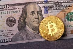 Beautifully ordnade räkningar 100 bitcoin för dollar och för guld- mynt på en grå bakgrund Bitcoin cryptocurrency genast Bakgrund arkivfoto