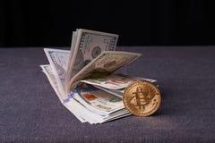 Beautifully ordnade räkningar 100 bitcoin för dollar och för guld- mynt på en grå bakgrund Bitcoin cryptocurrency genast Bakgrund arkivfoton