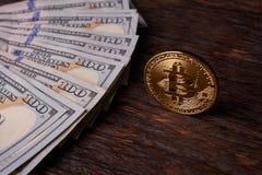 Beautifully ordnade räkningar 100 bitcoin för dollar och för guld- mynt på en grå bakgrund Bitcoin cryptocurrency genast Bakgrund arkivbilder