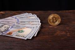 Beautifully ordnade räkningar 100 bitcoin för dollar och för guld- mynt på en grå bakgrund Bitcoin cryptocurrency genast Bakgrund arkivbild