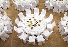 Beautifully organiserad händelse - tjänade som banketttabeller Royaltyfria Bilder
