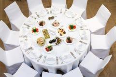 Beautifully organiserad händelse - tjänade som banketttabeller Royaltyfri Bild