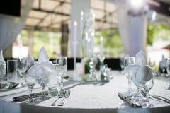Beautifully organiserad händelse - tjänade som banketttabeller som är klara för gäster Arkivbild