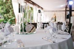 Beautifully organiserad händelse - tjänade som banketttabeller som är klara för gäster Royaltyfri Foto