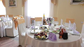 Beautifully served wedding table in the restaurant Royalty Free Stock Photos