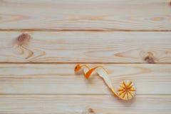 Beautifully skalad tangerin på tabellen Royaltyfria Foton