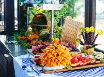Beautifully skivad frukt ställer in på en tabell i ett kafé på gatan fotografering för bildbyråer