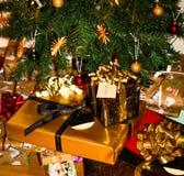 Beautifully slågna in julgåvor under julgranen arkivfoton