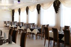 Beautifully tjänad som tabell i en restaurang royaltyfri fotografi