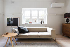 Beautifully utformad inre vardagsrum av soffa- och kaffetabellen fotografering för bildbyråer