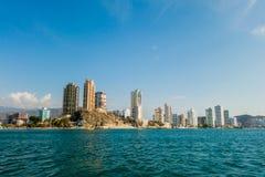 Beautifulsea et vue de ville de Rodadero échouent Santa Photos stock