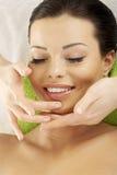 Beautifulwoman genießen, Gesichtsmassage zu empfangen Stockfotografie