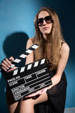 Beautifulwoman que sostiene una chapaleta de la película Fotografía de archivo